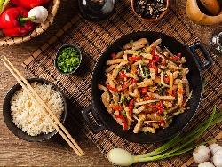Задушено свинско бон филе със зеленчуци (чушки, лук и моркови) по китайски на уок тиган - снимка на рецептата